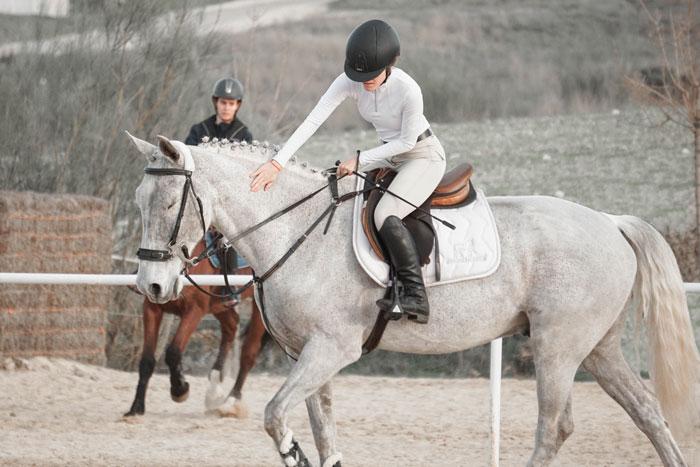 silvia, bloguera de My Horseback View, acariciando a parce en un concurso