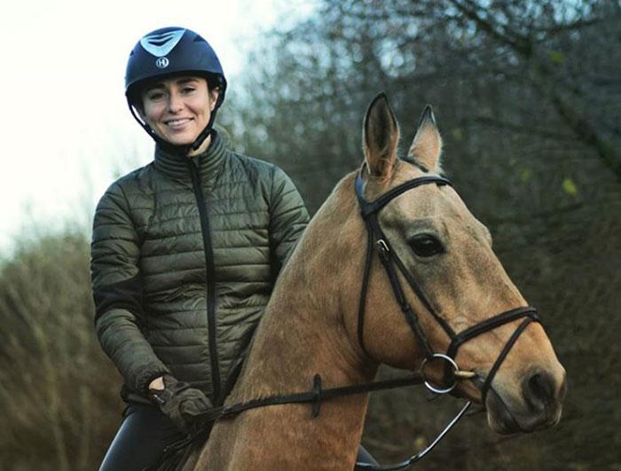 Daniela Vidaurre, fundadora de My Riding underwear, montando un Alkhal-Theke en Alemania