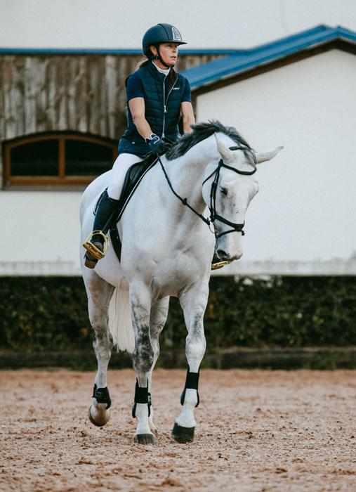 amazona profesional montando a caballo