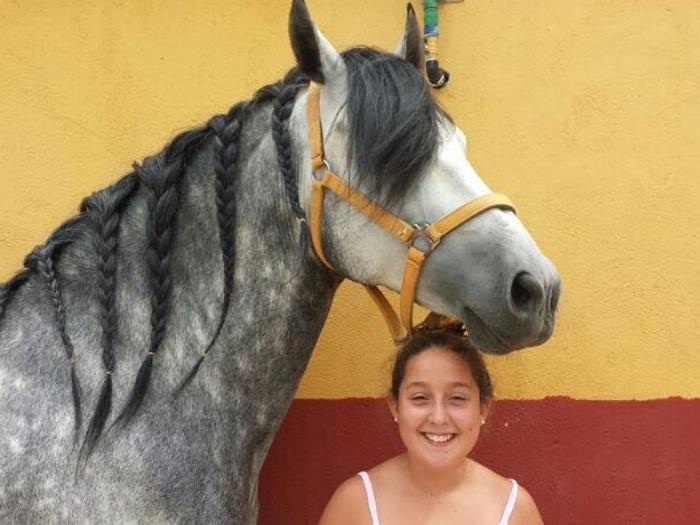 andrea, protagonista de mi caballo y yo, posando con su caballo Lucero