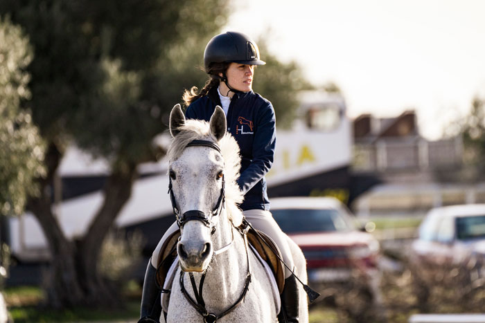 Parce, caballo blanco, paseando con Silvia, amazona, en los alrededores de la pista
