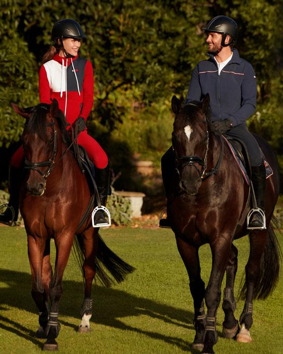 modelos montando a caballo en un pasto con ropa tenica de equitación de tommy equestrian