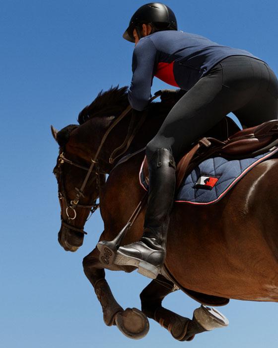 jinete saltando a caballo con equipamiento de tommy equestrian